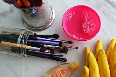 como-limpar-pinceis-de-maquiagem-passo-a-passo